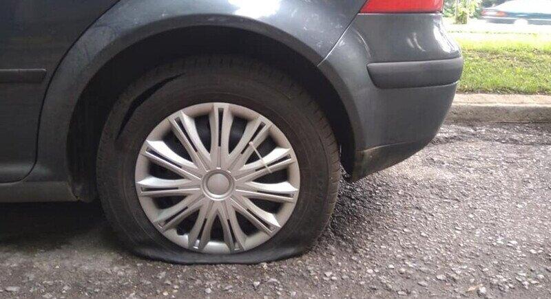 Десетки автомобили с нарязани гуми в столични квартали image