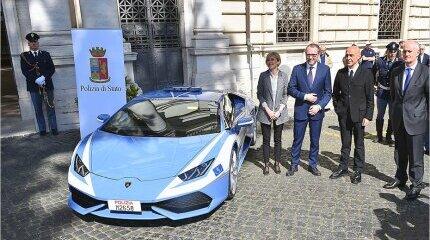 Italian police acquired a brand new Lamborghini car image